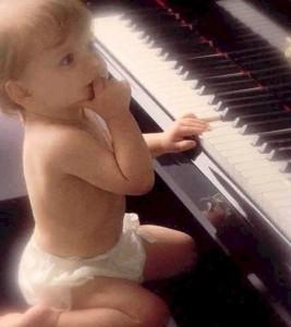 Bambino che suona il pianoforte