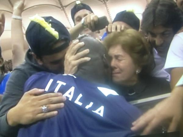 Balotelli abbraccio alla madre