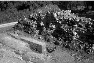 Vedut a del muro nord del podio con i resti del paramento in opera quadrata