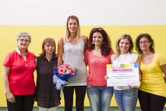Francesca Piccinini con le maestre della scuola vincitrice del progetto. Fondazione Angelini- Imparare fa bene