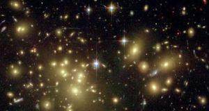 Galassie viste attraverso una lente gravitazionale (Hubble Space Telescope)